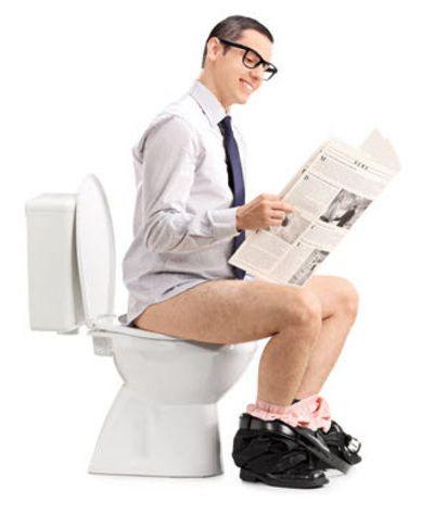 uomo che legge in bagno